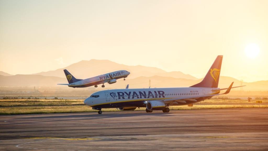 Letadlo Ryanair při západu slunce