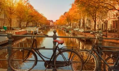Kanály v Amsterdamu na podzim