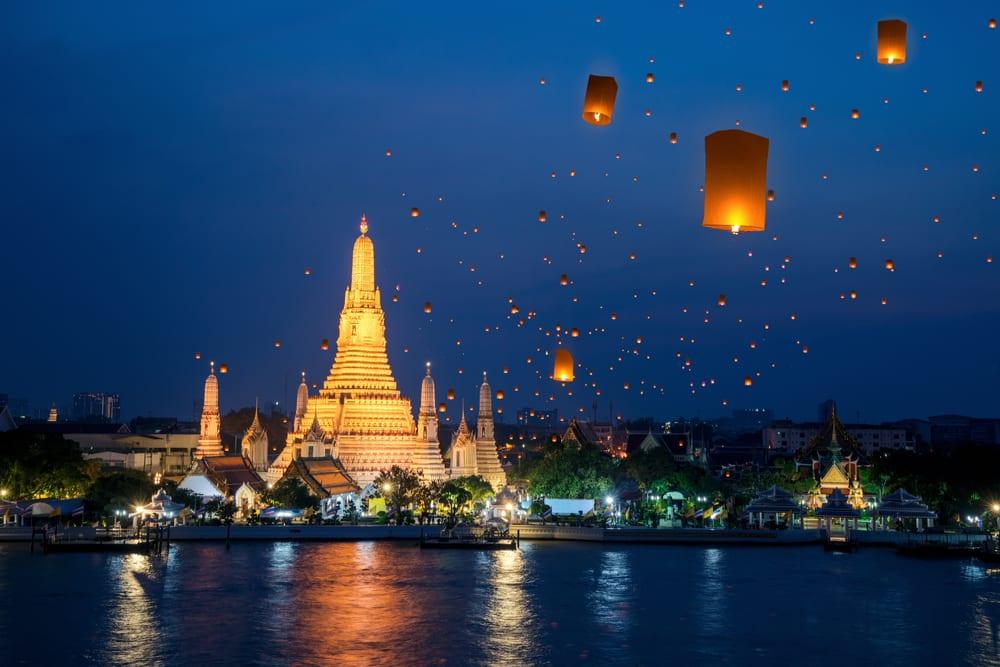 Thajské slavnosti Yi Peng v Chiang Mai