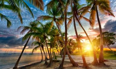 Západ sluZápad slunce nad Anse Champagne pláž v Saint Francoisnce nad Anse Champagne pláž v Saint Francois