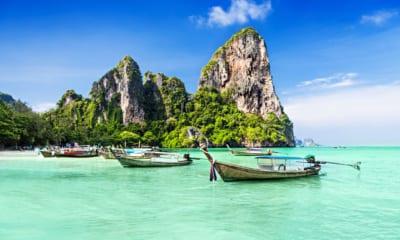 Thajsko, skály tyčící se nad vodní hladinou