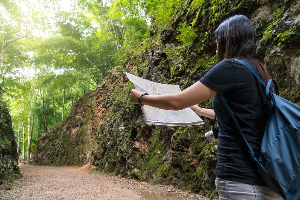 Dívka s mapou v Thajsku