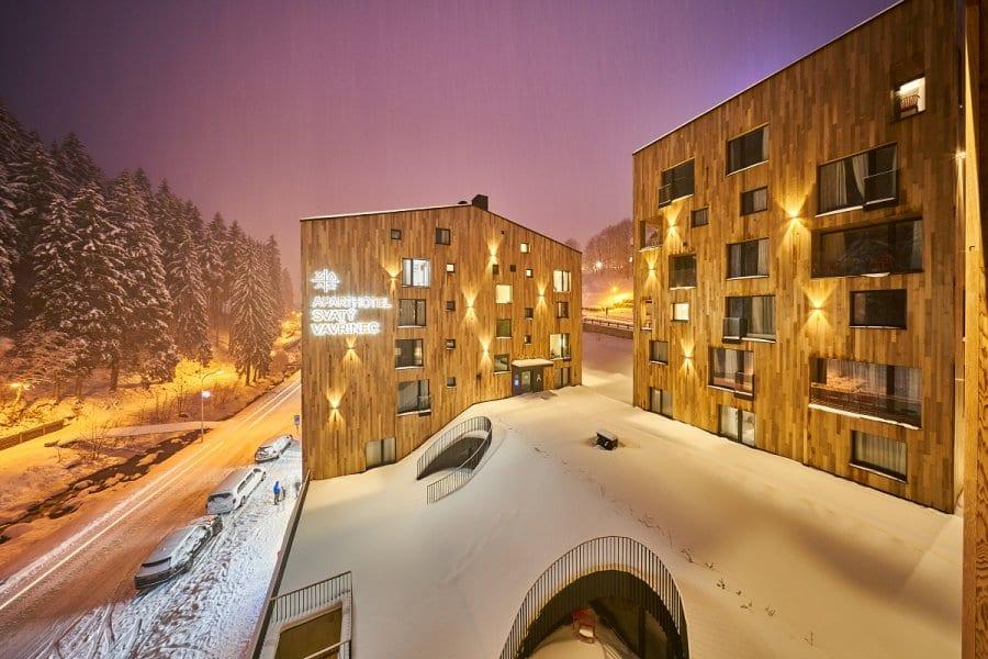 Hotel Svatý Vavřinec zasněžený sněhovou pokrývkou