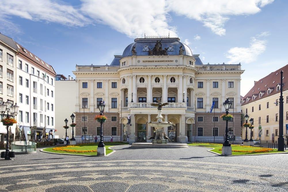 Hviezdoslavovo námestie, divadlo v Bratislavě