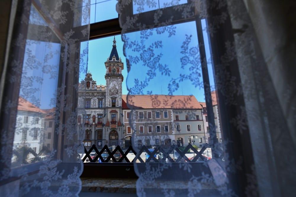 Výhled z hotelu na historické náměstí Prachatic v Jižních Čechách