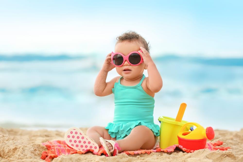 Hrající si dítě na pláži u moře
