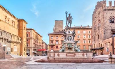 Náměstí Piazza del Nettuno v Bologni, Emilia-Romagna, Itálie