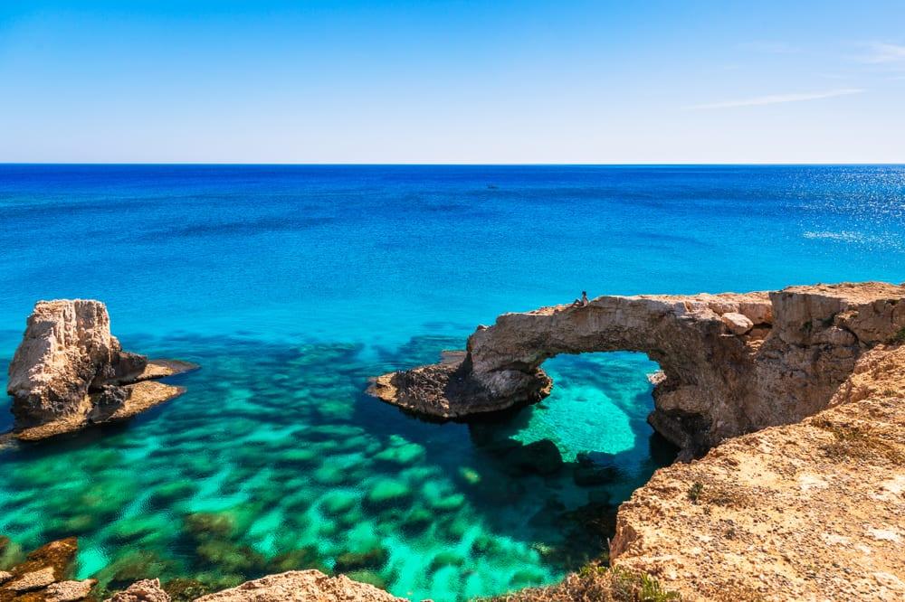 Přírodní skály na Kypru nad mořem