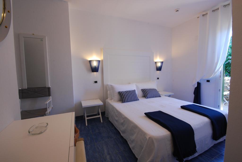 Interiér hotelového pokoje v hotelu Ancora na Sardinii v Itálii
