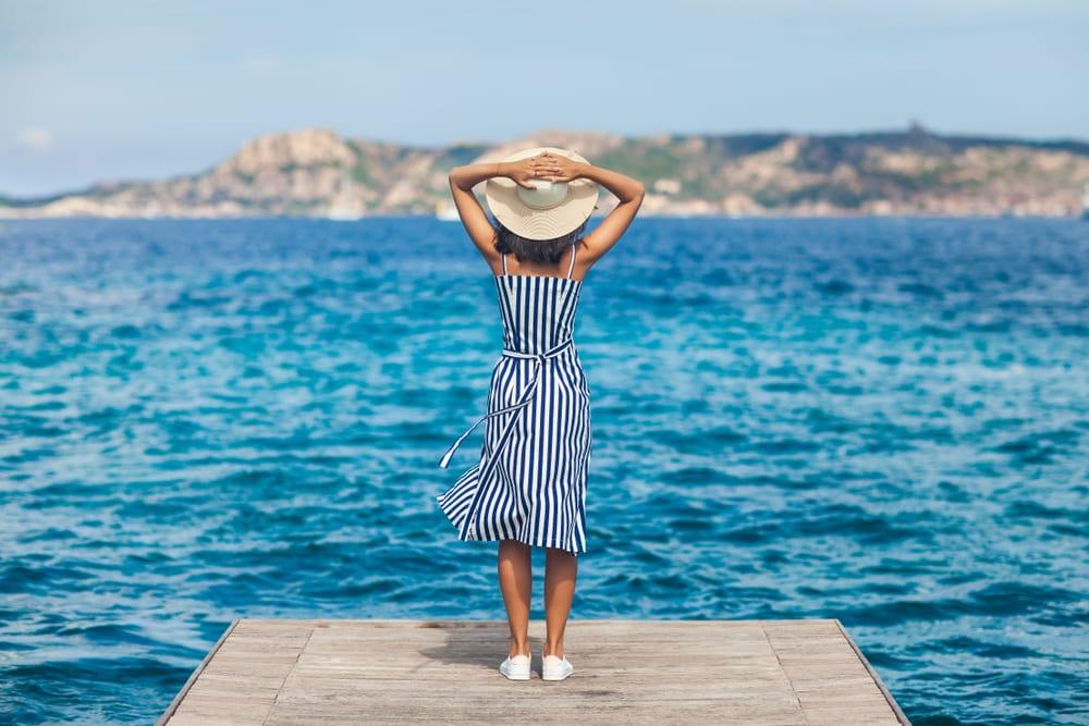 Nadšená žena na Sardinii