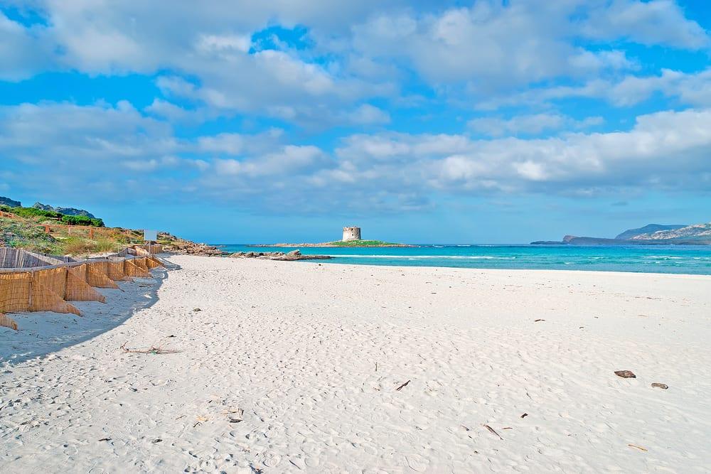 Pláž Pelosa na Sardinii v Itálii