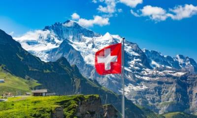 Výhled na pohoří se švýcarskou vlajskou