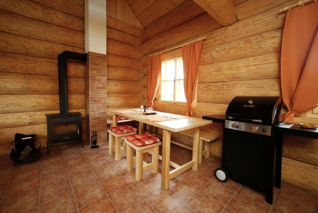 Interiér jídelny Na samotě ve srubu