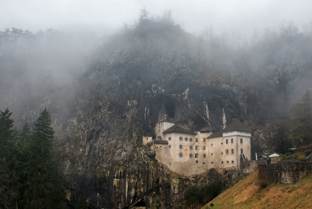 Strašidelný hrad Predjama ve Slovinsku