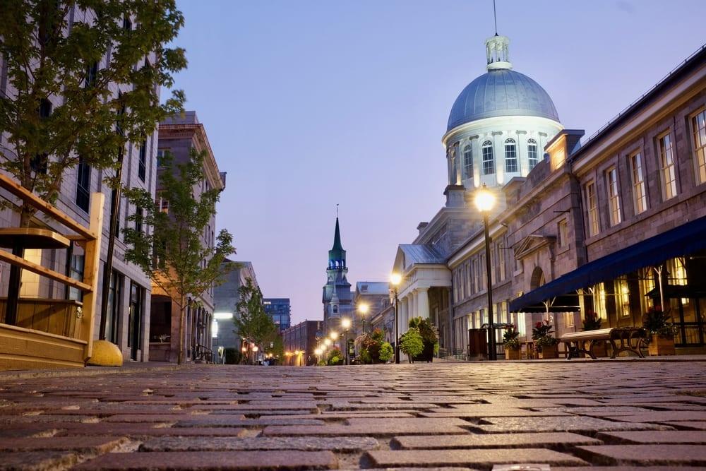 Dlážděné ulice v Montréalu za úsvitu