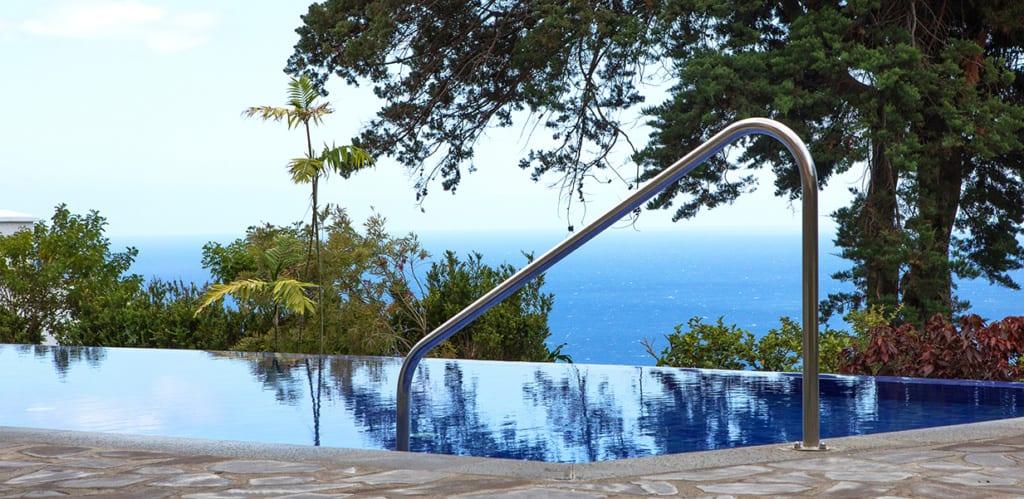Bazén a výhled na moře v hotelu Dom Pedro Garajau na Madeiře