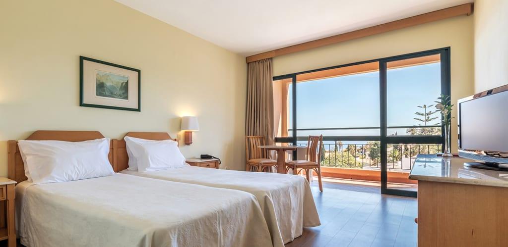 Interiér pokoje v hotelu Dom Pedro Garajau na Madeiře