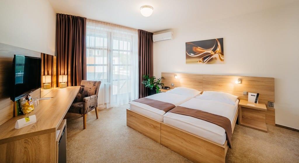 Interiér pokoje v Maximus resort u Brna, ideální na welness dovolenou nebo prosloužený víkend