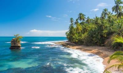 Pláž na Kostarice. S levnými letenkami jsi tam za chvilku.