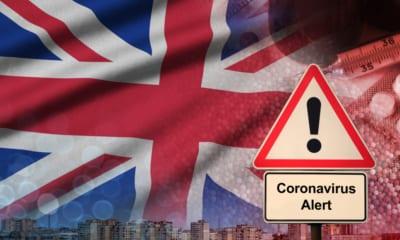 Vlajka Velké Británie se znameím COVID alert. Velká Británie zavádí lockdown