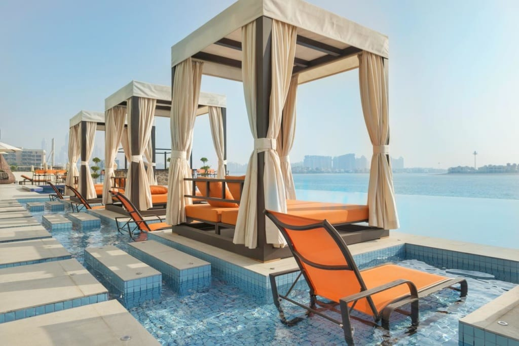 Terasa v 5* hotelu Royal Central the Palm v Dubaji
