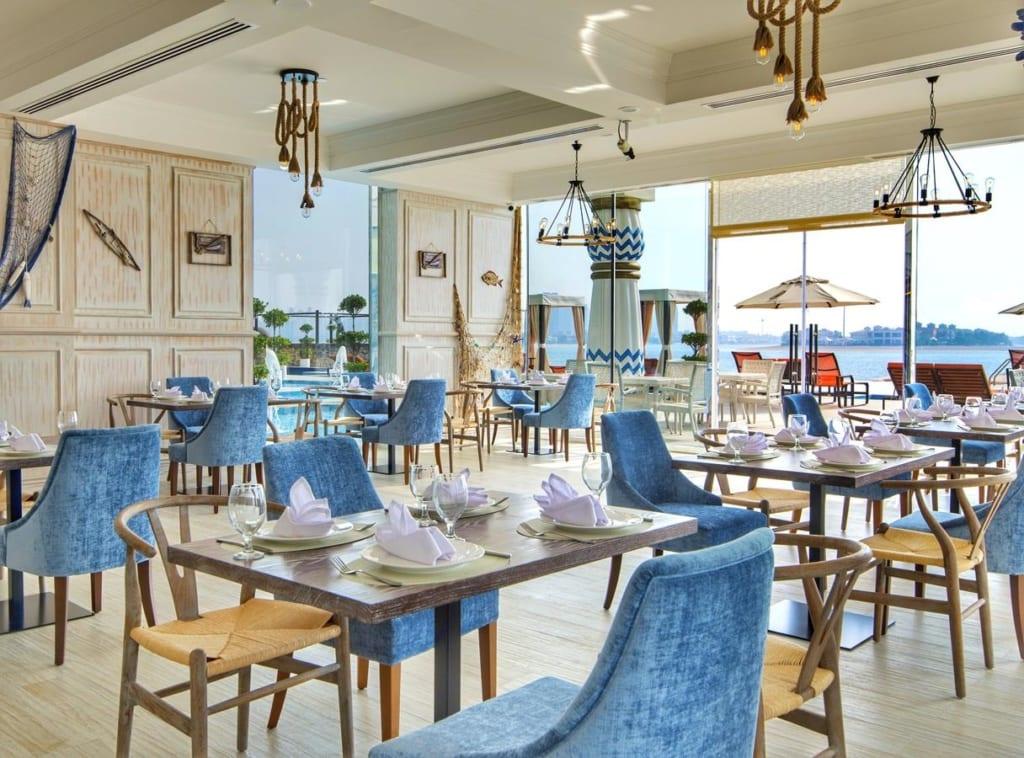 Jídelna v 5* hotelu Royal Central the Palm v Dubaji