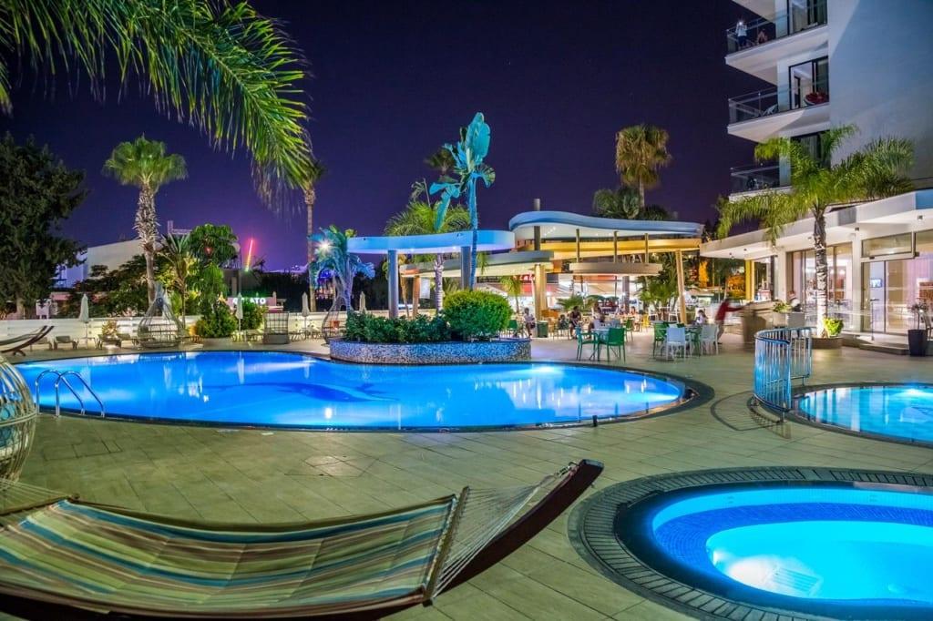 Bazény u hotelu Stamania na Kypru